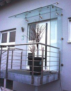 Vordach aus Glas mit Seitenelement
